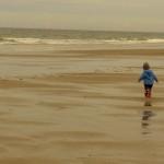 Jasper wandert den Strand entlang