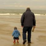 Jasper und sein Opa gehen am Strand spazieren